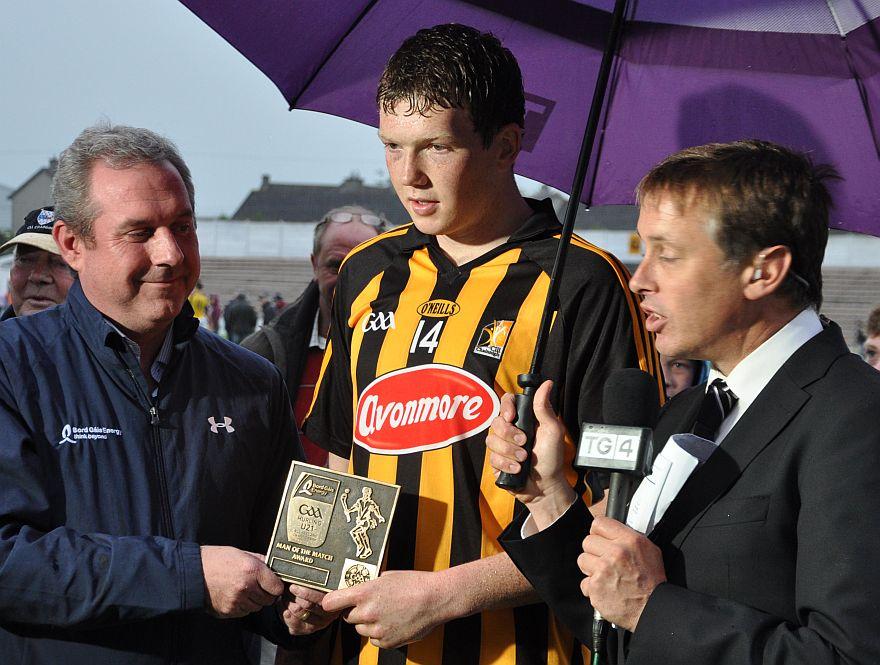 Nickey Doran Bord Gais Sandyford presents the Bord Gais (TG4) man of the match award to Walter Walsh