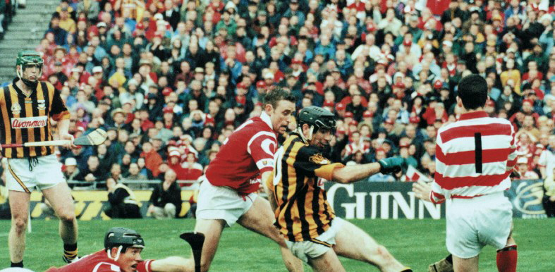 Henry Shefflin watches as DJ Carey almost kicks a goal past Cork Goalie, Donal �g Cusack in the 1999 All Ireland Final.<br /> Photo Sportsfile